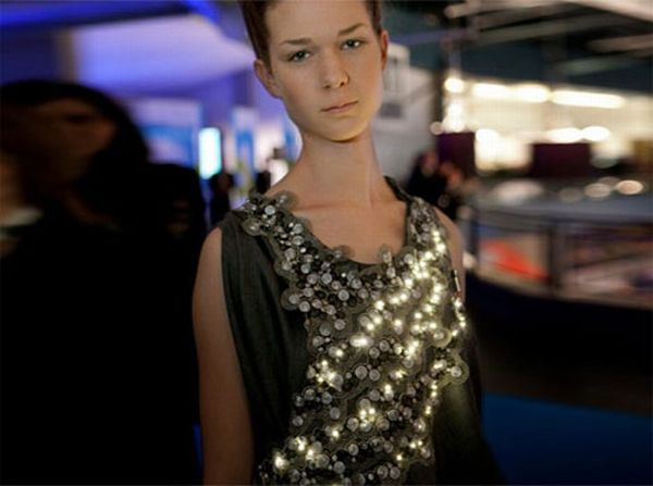 Dress Embedded with LEDs Monitors CO2