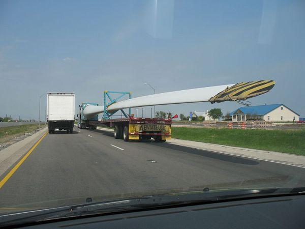 800px-Wind_turbine_blade_transport_I-35