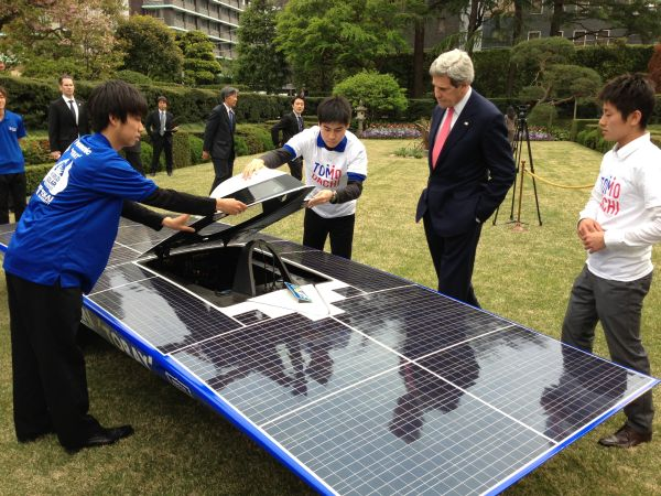 U.S._Secretary_of_State_John_Kerry_admires_a_solar-powered_car_built_by_members_of_the_Tomodachi_Initiative_youth_engagement_program_in_Tokyo,_Japan,_on_April_14,_2013