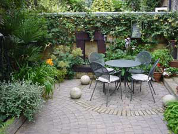 Courtyard-of-Plants-with-Simple-Look