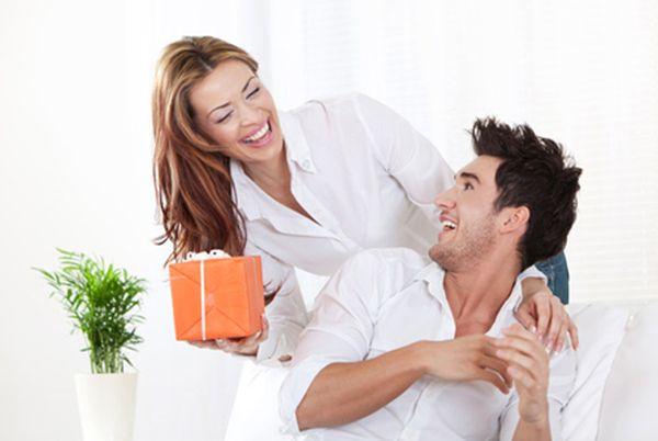 horiz-woman-giving-gift-to-boyfriend