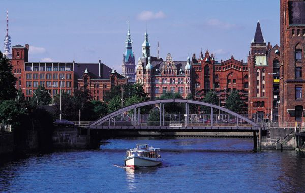 Canal scene and Madgeburger Bridge, Hamburg, Germany 422010