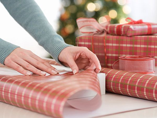 06-woman-wrapping-presents-lgn